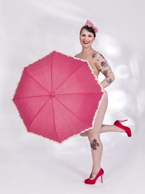 Pin-up tyttö ja sateenvarjo
