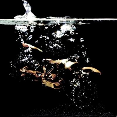 Moottoripyörä vedessä