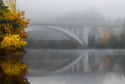 Korian silta syyssumussa