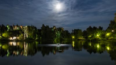 Suihkulähde kuun valossa
